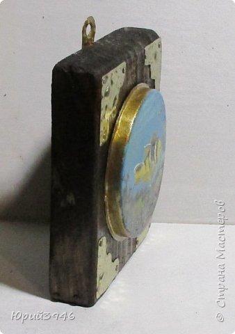 """Миниатюра """"Тропическая рыба"""". Картинка нарисована масляными красками на обратной стороне жестяной крышки от банки для краски. Основание - кусочек доски, обработанной морилкой и покрытой лаком. Фигурные накладки вырезаны из жести. фото 2"""