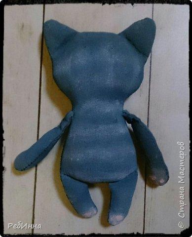 Котик в технике грунтованный текстиль. Усы и брови - обычные катушечные нитки, такими же нитками трёх цветов мелкие стежки на пузике и мордочке. фото 2
