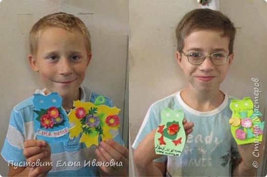 В этом году мы с кружковцами решили сделать для поздравления учителей фигурные блокнотики - это кленовый листик, совушка и школьный звонок-колокольчик.Кленовые листики-обложки украшены осенними цветами - бархатцы, астры, дубки... фото 15