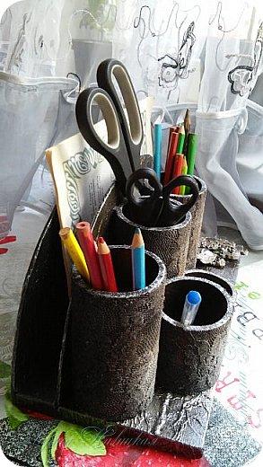 Органайзеры или карандашницы из картонных трубок,не подходящих для изготовления моих шкатулок...эти трубочки оказались меньше диаметром и немного тоньше стеночки...вот решила их так приспособить. фото 4