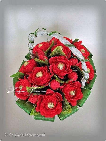 """Здравствуйте! Сегодня хочу показать вам свою новую работу. В качестве подарка ко Дню рождения сотворилась корзина с розами. В составе: конфеты """"Осенний вальс"""" и """"Вишня в шоколаде"""", декоративный материал."""