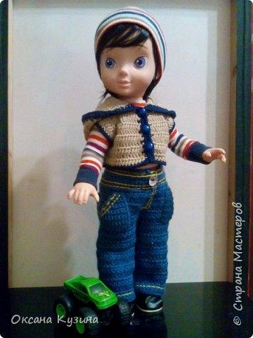Здравствуйте, всем кто заглянул. Захотелось мне немного  побороться с дискриминацией мужского пола в кукольных рядах. Согласитесь девчушек куколок у нас огромное разнообразие, а вот с мальчишками как-то не так. В общем на Ваш суд мой мальчишка из куклы Дисней Аврора 2002 года.  фото 1