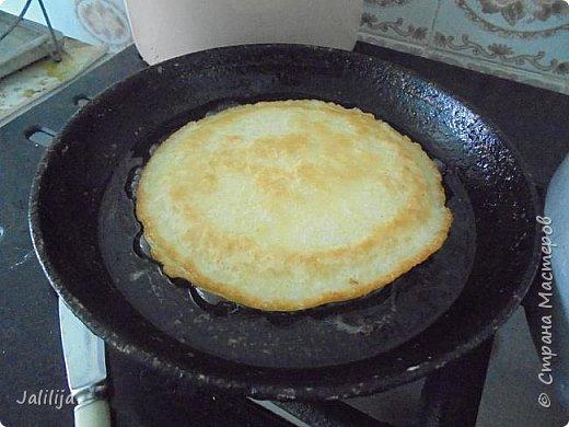"""Уважаемые мастерицы-хозяюшки, сегодня делюсь с вами рецептом татарских блинов. В переводе  с татарского их название звучит как """"хлеб на сковороде"""". Они действительно как хлеб, толстые, сытные  и очень вкусные. У каждой хозяйки свой рецепт, я пишу, как я делаю. Этот рецепт для тех, у кого постоянная нехватка времени. С быстрыми дрожжами, которые не надо ждать, пока они поднимутся. фото 5"""