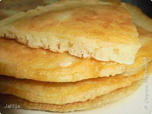 """Уважаемые мастерицы-хозяюшки, сегодня делюсь с вами рецептом татарских блинов. В переводе  с татарского их название звучит как """"хлеб на сковороде"""". Они действительно как хлеб, толстые, сытные  и очень вкусные. У каждой хозяйки свой рецепт, я пишу, как я делаю. Этот рецепт для тех, у кого постоянная нехватка времени. С быстрыми дрожжами, которые не надо ждать, пока они поднимутся. фото 7"""