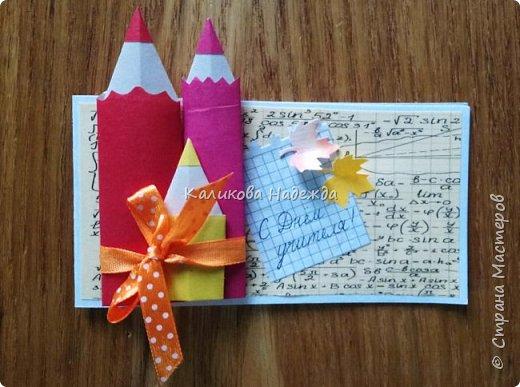 """Спешу поделиться с вами, дорогие мастерицы, открыточками ко Дню учителя, в которых главным действующим """"лицом"""" является карандаш. В первой мини-открытке их три, разного цвета, размера  и преподнесены они как бы в букете, на фоне формул) фото 1"""