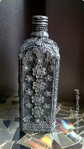 Для работы использовала салфетки для обклейки бутылки, гипюровые кружева, черный и белый акрил. фото 3