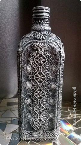 Для работы использовала салфетки для обклейки бутылки, гипюровые кружева, черный и белый акрил. фото 2