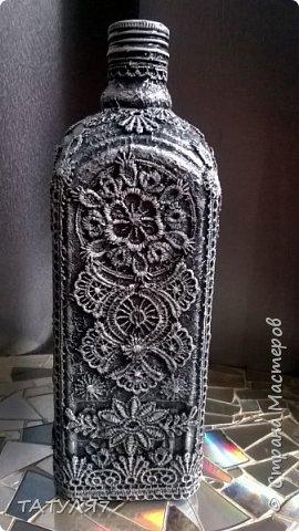Для работы использовала салфетки для обклейки бутылки, гипюровые кружева, черный и белый акрил. фото 1