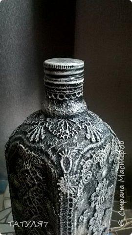 Для работы использовала салфетки для обклейки бутылки, гипюровые кружева, черный и белый акрил. фото 4