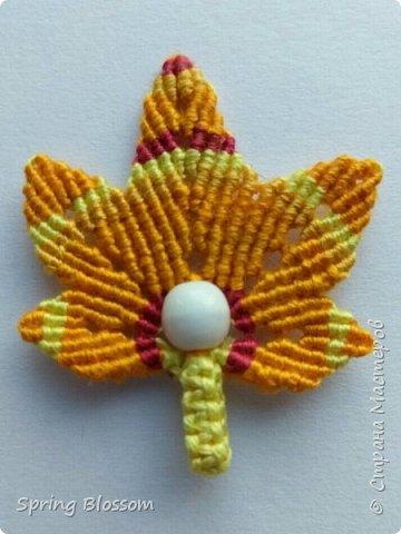 Решила присоединиться к листопаду) Получились вот такие кленовые листики-брелки в технике макраме. Так как листики небольшие, их можно также использовать в качестве брошки или переделать в серьги. фото 6