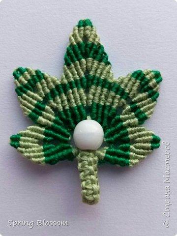 Решила присоединиться к листопаду) Получились вот такие кленовые листики-брелки в технике макраме. Так как листики небольшие, их можно также использовать в качестве брошки или переделать в серьги. фото 5