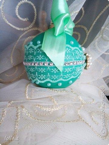 Новогоднее украшение. Основа-пластиковый шар, не бьется. Покрашен вручную. Украшен кружевом, полубусинами, стразами, атласной лентой. Диаметр 8 см. фото 2