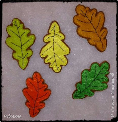 Здравствуйте! Любите ли вы осень? Я не просто люблю, она меня завораживает, в осени прекрасно всё, именно осенью хочется вышивать, вязать, шить, творить, украшать дом листьями и тыквами и даже не наш праздник Хеллоуин представляется отличной возможностью похулиганить и пошалить. Листочки я сшила в прошлом году,  всё очень просто: использовала фетр для лицевой части разных цветов, для изнанки коричневый.  фото 1