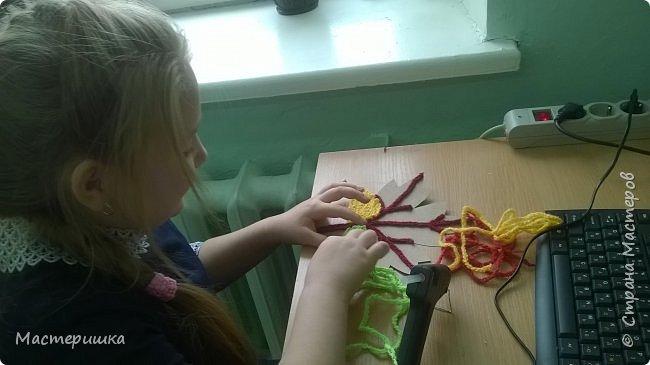 Этот листик выполнила Олеся, она учится в третьем классе. Была рада поучаствовать в конкурсе в начале учебного года и справилась с заданием. Листик выполнен из цепочек, связанных крючком. фото 5