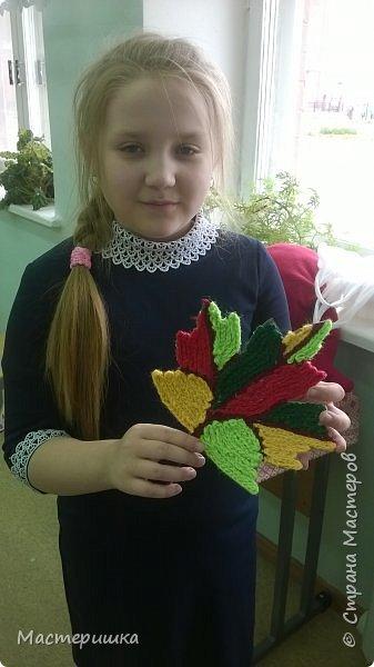 Этот листик выполнила Олеся, она учится в третьем классе. Была рада поучаствовать в конкурсе в начале учебного года и справилась с заданием. Листик выполнен из цепочек, связанных крючком. фото 6