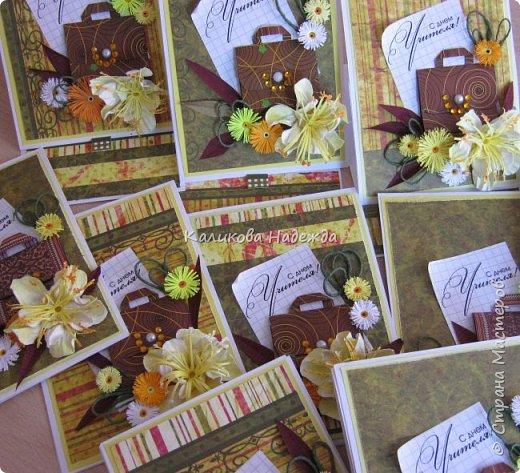 Мои открытки на заказ. Использовала для фона красивую скрапбумагу с осенней расцветкой. ну и побольше осенних цветочков-ноготочков, один желтоватый фантазийный цветок и учительский портфельчик с застежкой.   фото 6