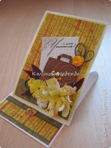 Мои открытки на заказ. Использовала для фона красивую скрапбумагу с осенней расцветкой. ну и побольше осенних цветочков-ноготочков, один желтоватый фантазийный цветок и учительский портфельчик с застежкой.   фото 3