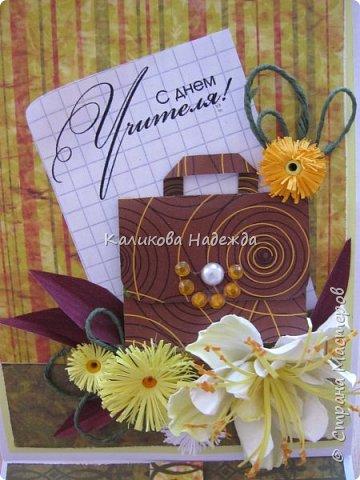 Мои открытки на заказ. Использовала для фона красивую скрапбумагу с осенней расцветкой. ну и побольше осенних цветочков-ноготочков, один желтоватый фантазийный цветок и учительский портфельчик с застежкой.   фото 1