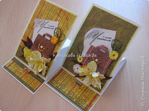 Мои открытки на заказ. Использовала для фона красивую скрапбумагу с осенней расцветкой. ну и побольше осенних цветочков-ноготочков, один желтоватый фантазийный цветок и учительский портфельчик с застежкой.   фото 4