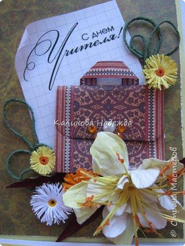 Мои открытки на заказ. Использовала для фона красивую скрапбумагу с осенней расцветкой. ну и побольше осенних цветочков-ноготочков, один желтоватый фантазийный цветок и учительский портфельчик с застежкой.   фото 7