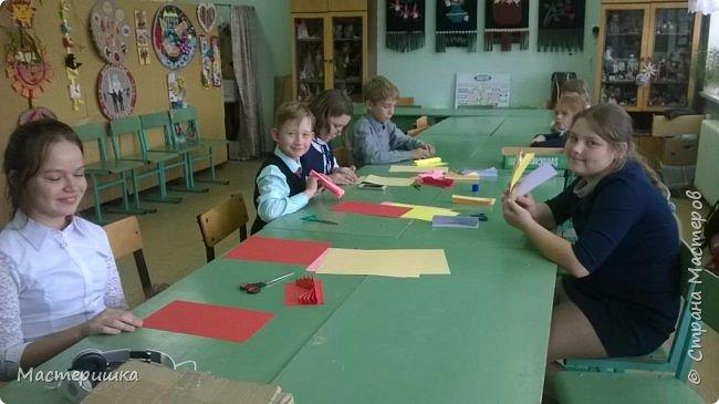 Доброе утро! Сегодня международный день пожилых людей. В нашей школе по традиции пятиклассники поздравляют бабушек и дедушек нашего микрорайона.  фото 2