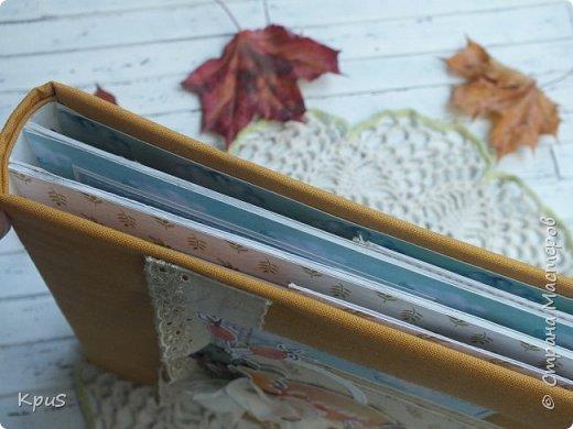 """Доброго дня уважаемые рукодельницы. Сегодня хочу показать вам работу, идея которой пришла мне года полтора назад. Всей семьей мы провели два прекрасных дня в парках гуляя на разных осенних праздниках. Появилась мысль сделать альбом. Купила я бумагу Mona design коллекцию  """" Акварельная осень"""". Купила 4 листа и лист с карточками. Купила фишки и тематический набор чипборда. Но потом все отложила,  так сказать, на потом. Но вот, наконец, фото распечатала и оказалось, что и бумага не очень подходит и бумаги не хватает. Поэтому позволю дать совет тем кто собирается сделать себе альбом. Выбирайте бумагу под фото, иначе потом будет очень трудно все связать вместе. Альбом 19*19 см на три разворота и вмещает 33 фото размером 7,5*10 см. Переплет по Виноградовой. Обложка обтянута хлопком.     Работа шла со скрипом. Пришлось подбирать два листа для второго разворота. Долго обдумывала конструкции раскладушек, собирала композиции, но вот, наконец, все готово. Если интересно, приглашаю вас посмотреть,что получилось. фото 3"""