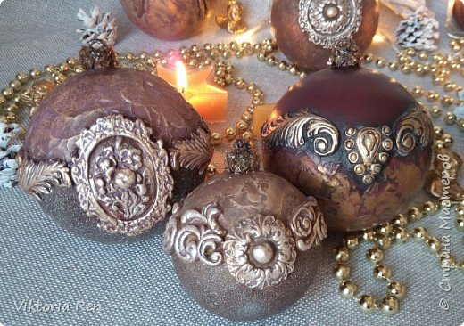 Здравствуйте! Моя новая работа. Елочные шарики. В работе использовала пластиковые шары, акриловую краску, глину, силиконовые молды, шпаклевку, металлические воски. фото 3