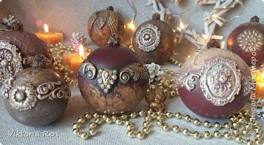 Здравствуйте! Моя новая работа. Елочные шарики. В работе использовала пластиковые шары, акриловую краску, глину, силиконовые молды, шпаклевку, металлические воски. фото 4