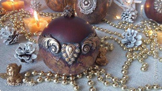 Здравствуйте! Моя новая работа. Елочные шарики. В работе использовала пластиковые шары, акриловую краску, глину, силиконовые молды, шпаклевку, металлические воски. фото 10