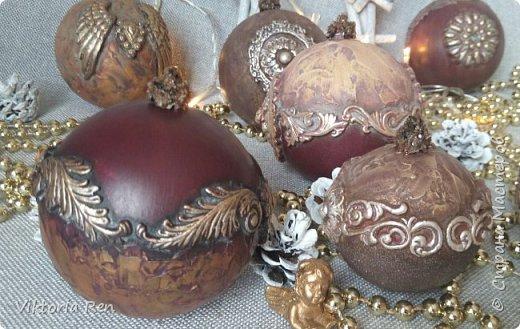 Здравствуйте! Моя новая работа. Елочные шарики. В работе использовала пластиковые шары, акриловую краску, глину, силиконовые молды, шпаклевку, металлические воски. фото 9