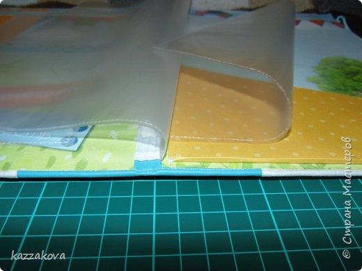 покажу сегодня две папки для документов (в последнее время нравится очень их делать- просто и быстро). размер 19,5*26,5, мягкая обложка из ткани и переплетного кожзама. вмещают в себя по три разноразмерных файла под полис, св-во о рождении, прописку; карман под СНИЛС; рамку для фото и большой карман для прочих документов. Закрываются оба на резинку.  фото 5