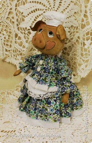 Добрый день! Свинки продолжаются. Эта Свинка ростиком около 25 см. Частично создана на основе бесплатного МК Анастасии Голеневой. Частично потому, что здесь только голова по МК Голеневой. Стоит самостоятельно и уверенно благодаря конусообразному телу. фото 3