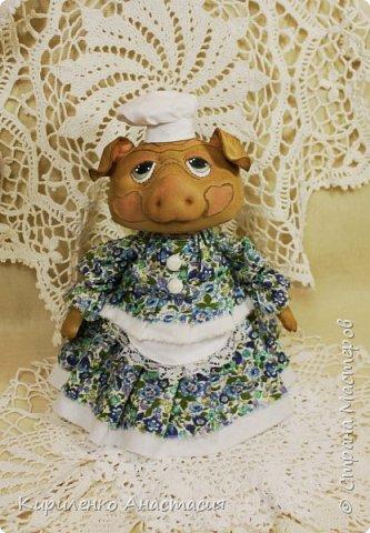 Добрый день! Свинки продолжаются. Эта Свинка ростиком около 25 см. Частично создана на основе бесплатного МК Анастасии Голеневой. Частично потому, что здесь только голова по МК Голеневой. Стоит самостоятельно и уверенно благодаря конусообразному телу. фото 2