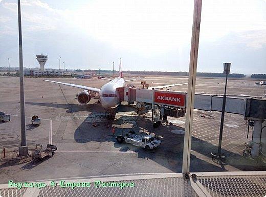 Всем привет! Недавно были в Турции. Мой фоторепортаж на эту тему. На фото можно видеть борт, на котором мы летели туда. Место: Международный аэропорт Шереметьево, терминал F. Время 8:30. фото 17