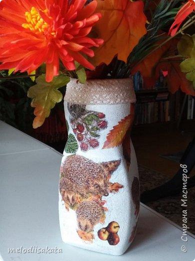 """Искусственные цветы в доме я никогда раньше не держала. Не любила. В подъезде же, каждый из соседей украшал свой вход, как умел. Я меняла цветочные композиции к каждому времени года. Теперь, с новыми противопожарными правилами, предписали всё с лестничных площадок удалить. Что делать с этим морем искусственных цветов, шаров, лодочек, грибочков, снеговиков? Окна заполнены орхидеями и букетами из капрона. А выкидывать всё жалко. Так и перекочевали букетики в гостинную. Только нужно придумать несколько вазочек.  К """"листопаду осенних идей"""" . И вот, задекупажилась кофейная баночка. фото 9"""