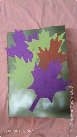 Всем , здравствуйте!  Может кому-то пригодится...Ко Дню учителя  ,сделали с ребенком вот такую сердечную открыточку... Лист цветного картона складываем пополам , к изгибу бумаги, ладошка ребенка касается большим и указательным пальцами , теперь обводим контур руки ,вырезаем ножницами ,разворачиваем- и получаем ладошки с сердечком!  фото 3