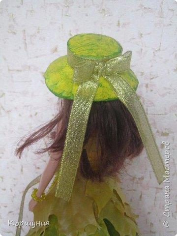 """Всем привет!Вот такую кленовую красавицу я изготовила на конкурс осенних поделок в детском саду.Кратко о конструкции:верхний корпус куклы закреплён в конусе из картона,набит бумагой,дно из картона,всё фиксировала термоклеем.Юбка:ярусами в нахлёст наклеены кленовые листья,заламинированные в воске.Шляпка из картона,обклеена мятой бумагой,покрашена жёлтой краской и """"прочпокана """"зелёной.Украшения из бисера,лент.Подставка-спил дерева. фото 7"""
