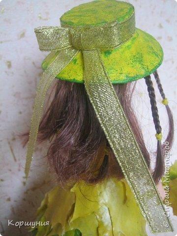 """Всем привет!Вот такую кленовую красавицу я изготовила на конкурс осенних поделок в детском саду.Кратко о конструкции:верхний корпус куклы закреплён в конусе из картона,набит бумагой,дно из картона,всё фиксировала термоклеем.Юбка:ярусами в нахлёст наклеены кленовые листья,заламинированные в воске.Шляпка из картона,обклеена мятой бумагой,покрашена жёлтой краской и """"прочпокана """"зелёной.Украшения из бисера,лент.Подставка-спил дерева. фото 8"""