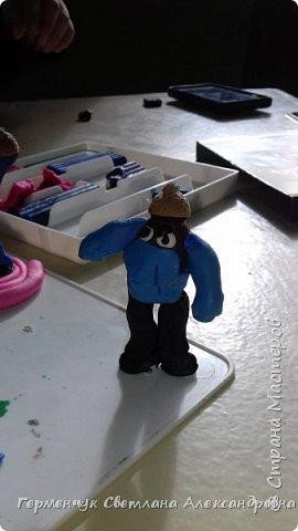 Добрый вечер  СМ !!!  Сегодня на уроке труда  ребята  работали с желудями и пластилином.  Шилом проткнули отверстие  и  протянули проволоку  сверху желудя - руки и снизу .- ноги. Получились  интересные  пластилиновые  этюды. Предлагаю Вам посмотреть.  Девочка Даша на прогулке с любимым питомцем   фото 49