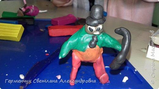 Добрый вечер  СМ !!!  Сегодня на уроке труда  ребята  работали с желудями и пластилином.  Шилом проткнули отверстие  и  протянули проволоку  сверху желудя - руки и снизу .- ноги. Получились  интересные  пластилиновые  этюды. Предлагаю Вам посмотреть.  Девочка Даша на прогулке с любимым питомцем   фото 42