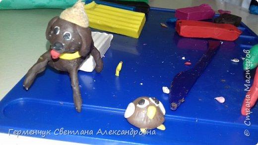 Добрый вечер  СМ !!!  Сегодня на уроке труда  ребята  работали с желудями и пластилином.  Шилом проткнули отверстие  и  протянули проволоку  сверху желудя - руки и снизу .- ноги. Получились  интересные  пластилиновые  этюды. Предлагаю Вам посмотреть.  Девочка Даша на прогулке с любимым питомцем   фото 41