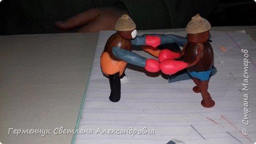 Добрый вечер  СМ !!!  Сегодня на уроке труда  ребята  работали с желудями и пластилином.  Шилом проткнули отверстие  и  протянули проволоку  сверху желудя - руки и снизу .- ноги. Получились  интересные  пластилиновые  этюды. Предлагаю Вам посмотреть.  Девочка Даша на прогулке с любимым питомцем   фото 37
