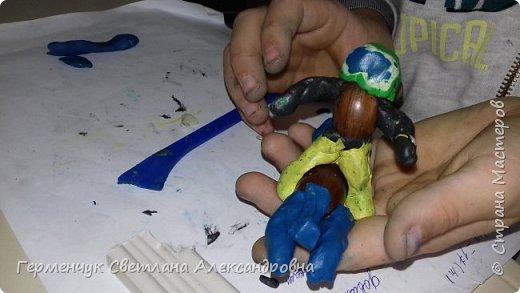 Добрый вечер  СМ !!!  Сегодня на уроке труда  ребята  работали с желудями и пластилином.  Шилом проткнули отверстие  и  протянули проволоку  сверху желудя - руки и снизу .- ноги. Получились  интересные  пластилиновые  этюды. Предлагаю Вам посмотреть.  Девочка Даша на прогулке с любимым питомцем   фото 32