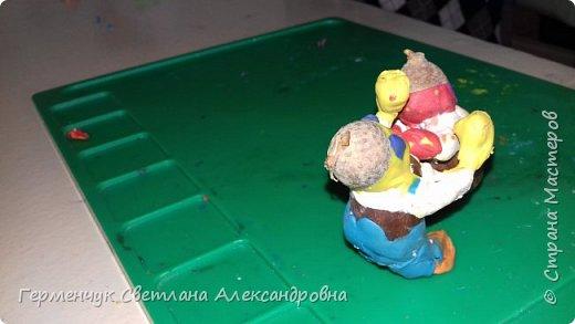 Добрый вечер  СМ !!!  Сегодня на уроке труда  ребята  работали с желудями и пластилином.  Шилом проткнули отверстие  и  протянули проволоку  сверху желудя - руки и снизу .- ноги. Получились  интересные  пластилиновые  этюды. Предлагаю Вам посмотреть.  Девочка Даша на прогулке с любимым питомцем   фото 21
