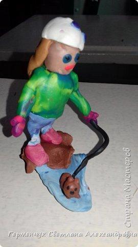 Добрый вечер  СМ !!!  Сегодня на уроке труда  ребята  работали с желудями и пластилином.  Шилом проткнули отверстие  и  протянули проволоку  сверху желудя - руки и снизу .- ноги. Получились  интересные  пластилиновые  этюды. Предлагаю Вам посмотреть.  Девочка Даша на прогулке с любимым питомцем   фото 1