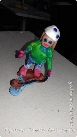 Добрый вечер  СМ !!!  Сегодня на уроке труда  ребята  работали с желудями и пластилином.  Шилом проткнули отверстие  и  протянули проволоку  сверху желудя - руки и снизу .- ноги. Получились  интересные  пластилиновые  этюды. Предлагаю Вам посмотреть.  Девочка Даша на прогулке с любимым питомцем   фото 2