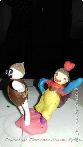 Добрый вечер  СМ !!!  Сегодня на уроке труда  ребята  работали с желудями и пластилином.  Шилом проткнули отверстие  и  протянули проволоку  сверху желудя - руки и снизу .- ноги. Получились  интересные  пластилиновые  этюды. Предлагаю Вам посмотреть.  Девочка Даша на прогулке с любимым питомцем   фото 6
