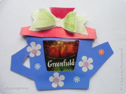 Всем здравствуйте! Меня зовут Маша, я хочу показать вам открыточки, которые мы сделали в подарок бабушкам ко Дню Добра и уважения. Вот такие чайнички с сюрпризом помогла нам смастерить наша воспитательница Вера Андреевна. фото 9