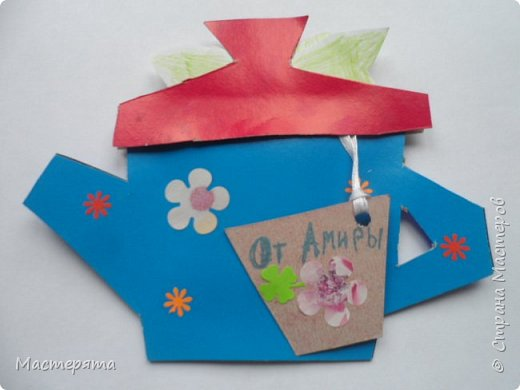 Всем здравствуйте! Меня зовут Маша, я хочу показать вам открыточки, которые мы сделали в подарок бабушкам ко Дню Добра и уважения. Вот такие чайнички с сюрпризом помогла нам смастерить наша воспитательница Вера Андреевна. фото 11