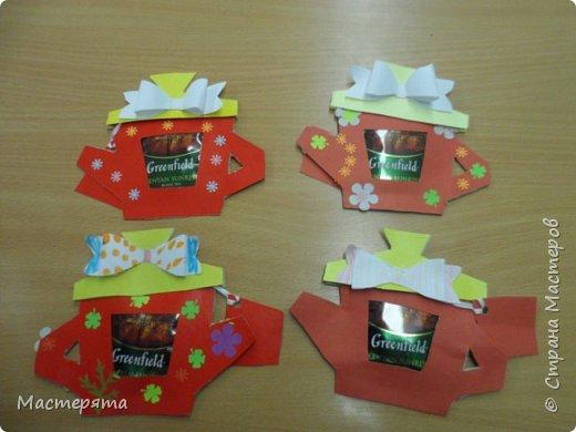 Всем здравствуйте! Меня зовут Маша, я хочу показать вам открыточки, которые мы сделали в подарок бабушкам ко Дню Добра и уважения. Вот такие чайнички с сюрпризом помогла нам смастерить наша воспитательница Вера Андреевна. фото 1